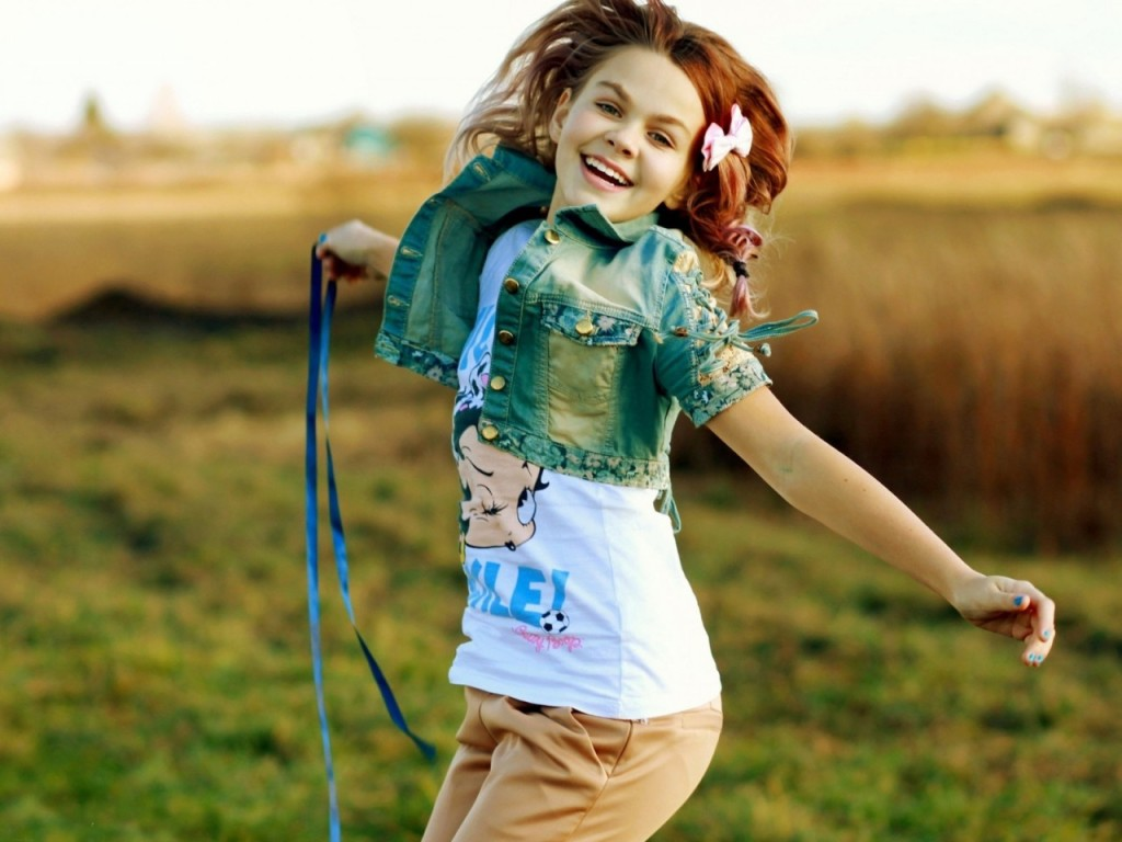 ワイズルーム 少女 笑顔 ジャンプ